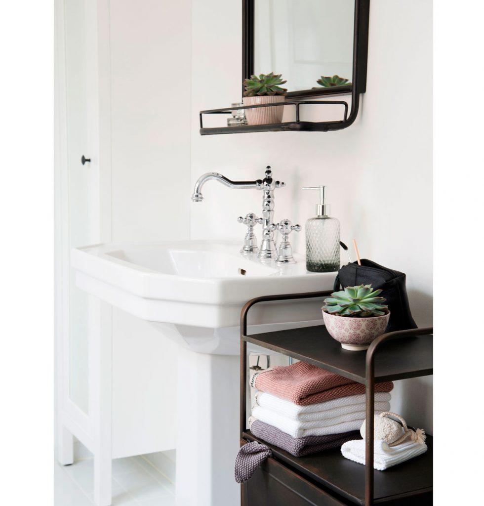Vintage kúpeľňa s kovovými odkladacími priestormi na zrkadle a podobe regálu