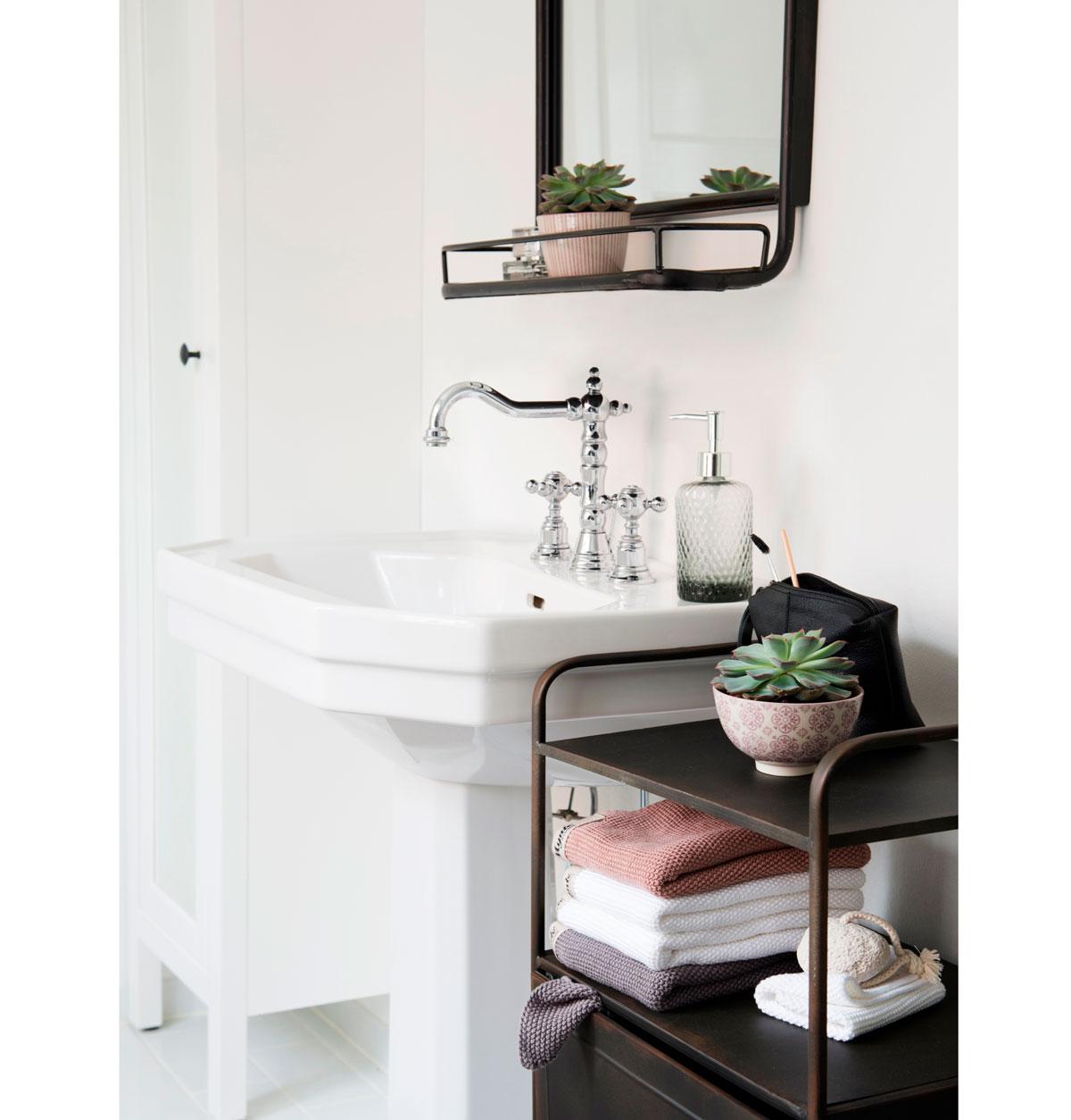 Vintage kúpeľňa s kovovými odkladacími priestormi na zrkadle a v podobe regálu