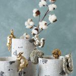 Kvetináče s ozdobami zlatých a strieborných lesných zvieratiek