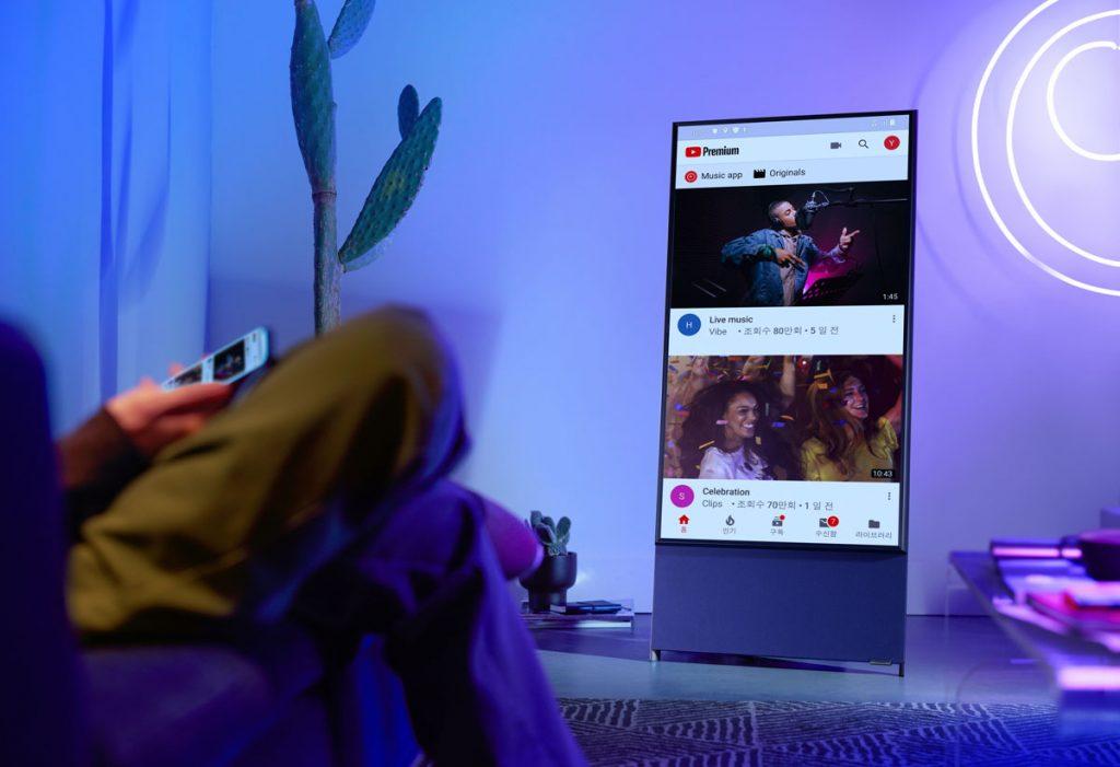 Moderný dizajnový televízor The Sero sotočnou obrazovkou