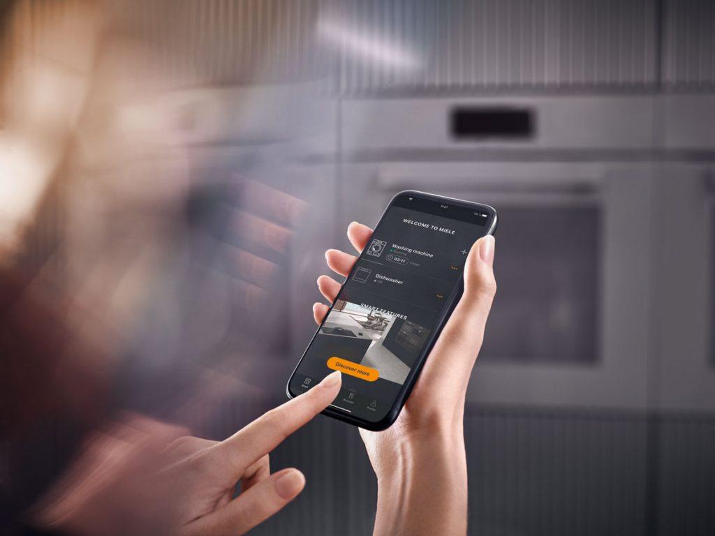 Varenie a pečenie pomocou inteligentných spotrebičov ovládané cez telefón a aplikáciu Miele Smart Home