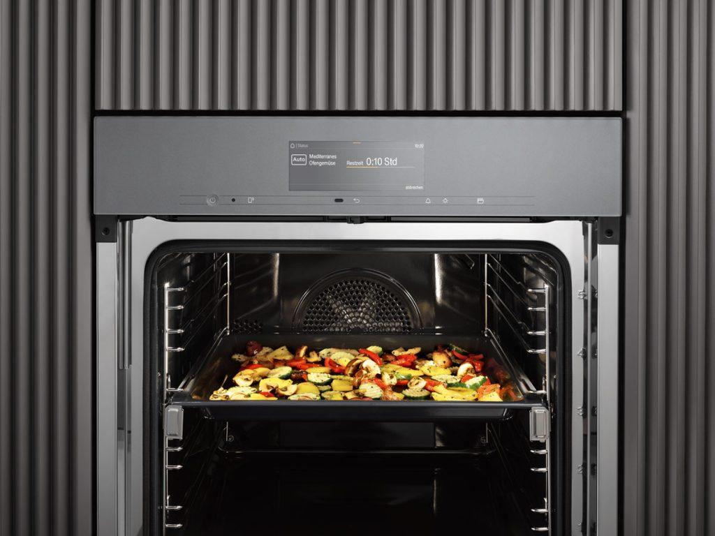 Kuchynská rúra s inteligentnými funkciami pre uľahčenie varenia a pečenia