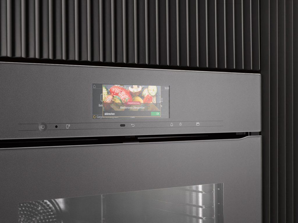 Displej na inteligentnej rúre pre navolenie pečenia čerstvého či mrazeného jedla