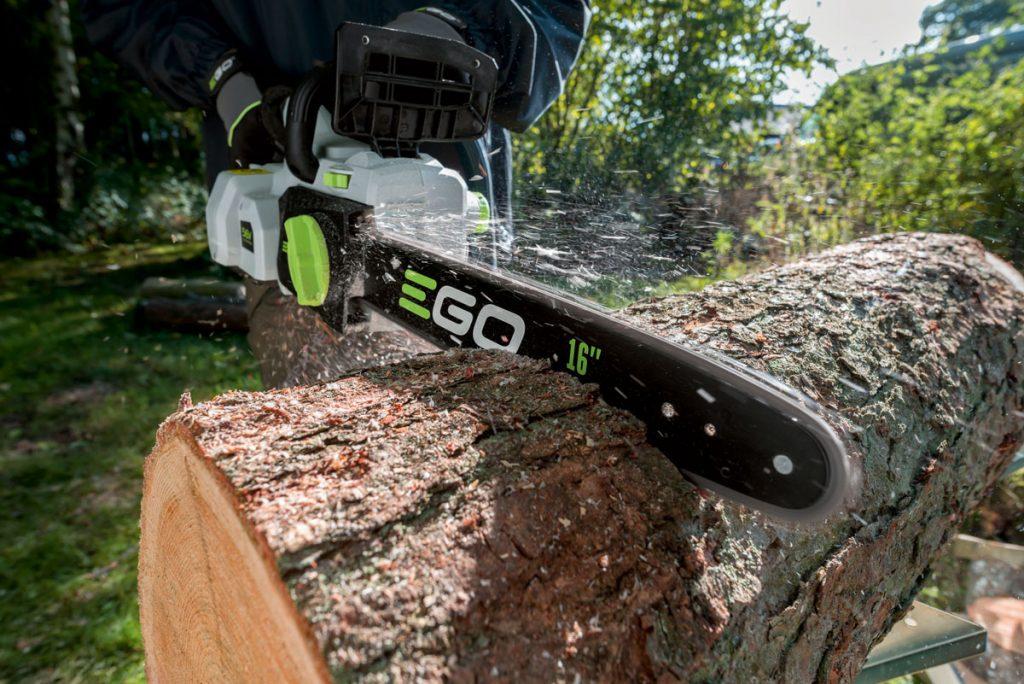 Pílenie dreva s Aku reťazovou pílou