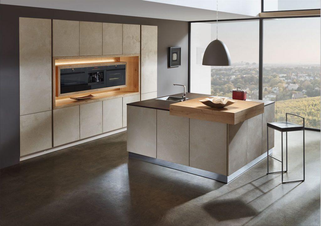 minimalistická kuchyňa so skrytými úložnými priestormi a s ostrovčekom