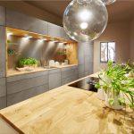 moderná kuchyňa so skrytými úložnými priestormi, bez úchytiek a s ostrovčekom