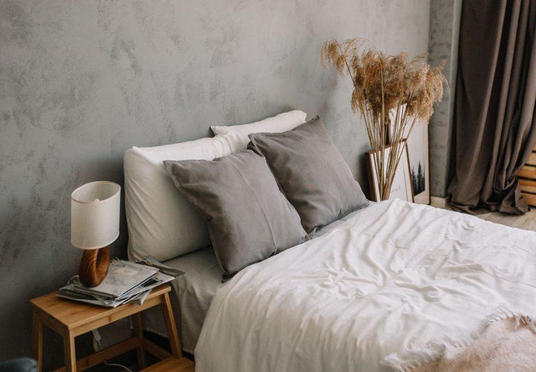 Oživte spálňu štýlovým nočným stolíkom. Tu je osem inšpirácií