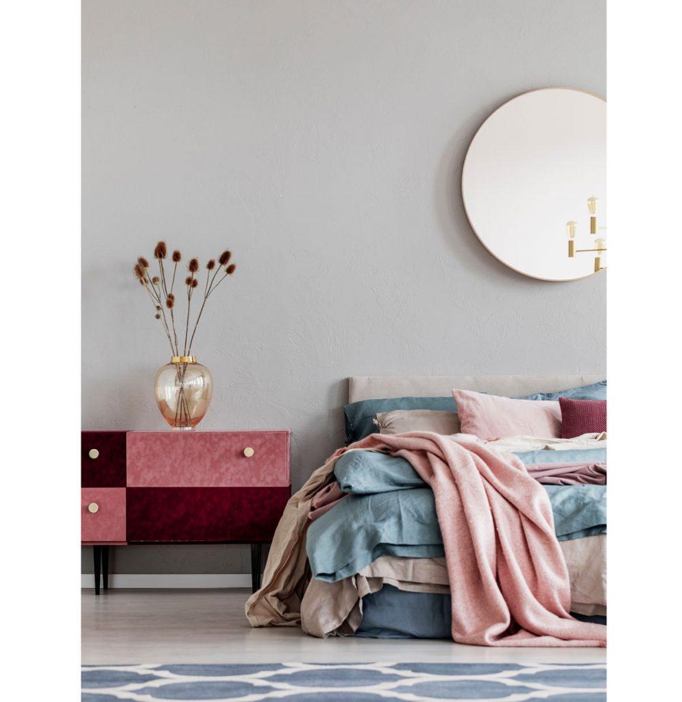 Kombinácia modrej a ružovej na textíliách v spálni