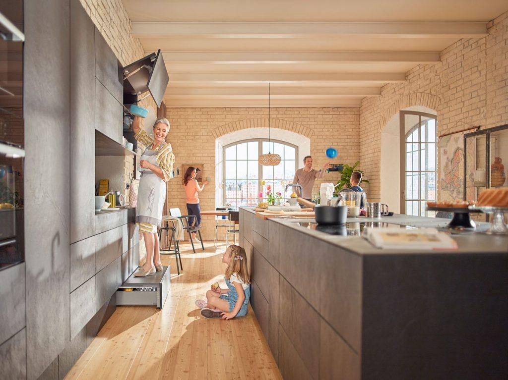 kuchynská zostava so soklovým výsuvným schodíkom