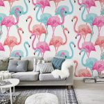 Obývačka so zariadením v sivej farbe a s tapetou so vzorom modrých a ružových plameniakov