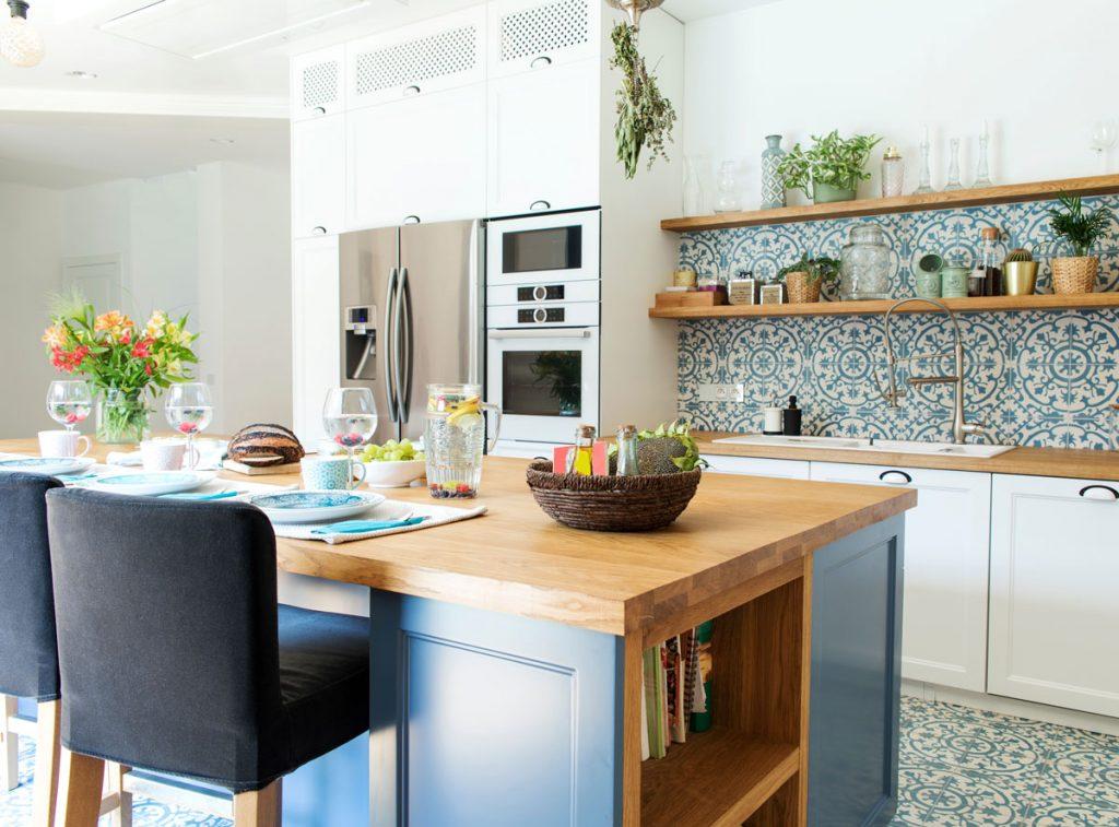 Zmena kuchyne bez rekonštrukcie: kuchyňa s farebným ostrovčekom, vzorovanými obkladmi a otvorenými policami