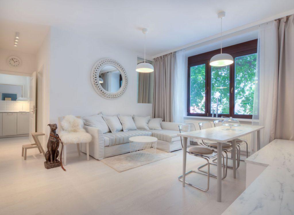 Moderný biely interiér obývačky s jedálňou