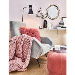 Jesenný interiér v hygge štýle: Ušiak s vankúšom a pletenou hrubou dekou