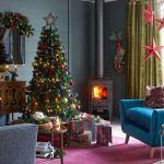 Inšpirácie na vianočný stromček: stromček s farebnými ozdobani zladený s farebnosťou obývačky