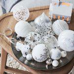 Menej tradičná vianočná výzdoba: dekorácia na stôl v podobe podnosu s ozdobami