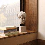 Ozdobná busta ženy so štvorcovým podstavcom
