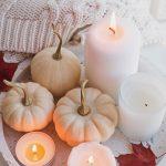 Jesenný interiér v hygge štýle: Dekorácia na podnose s tekvicami a sviečkami.