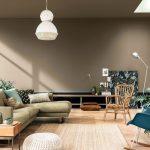 Obývačka v prírodnom štýle a zemitých odtieňoch a farbou roka 2021 Brave Ground