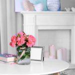 Interiér v kombinácii modrej, ružovej a bielej, so živými kvetmi vo váze