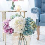 Hortenzie vo váze v kombinácii modrej, bielej a ružovej