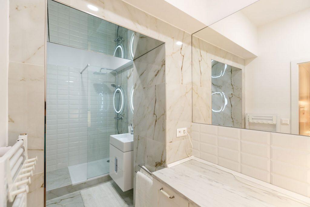 Moderná biela kúpeľňa so sprchovacím kútom