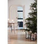 Inšpirácie na vianočný stromček: Veľký stromček zdobený výraznejšími dekoráciami, ale v menšom množstve