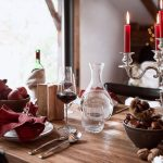 vianočné prestieranie v prírodnom štýle s akcentom v striebornom svietniku s červenými sviečkami