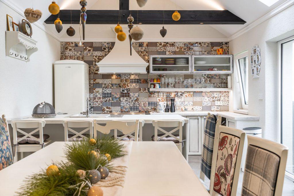 kuchyňa v provensalskom štýle so vzorovaným obkladom