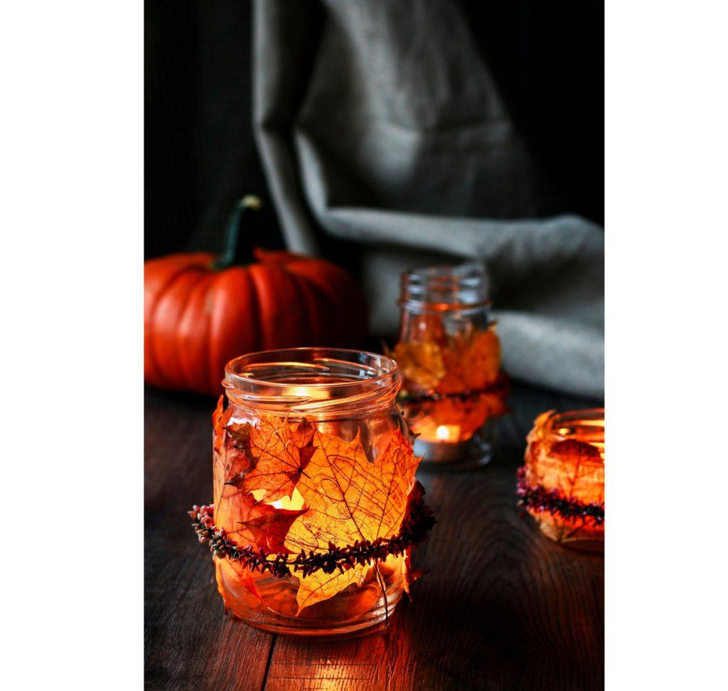 Jesenný interiér v hygge štýle: Svietniky zo zaváraninových fliaš a lístia