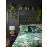 Otvorené police nad posteľou s izbovými okrasnými rastlinami