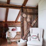 podkrovie spálne s vianočnou výzdobou, oddelenou posuvnými dverami od zvyšku interiéru
