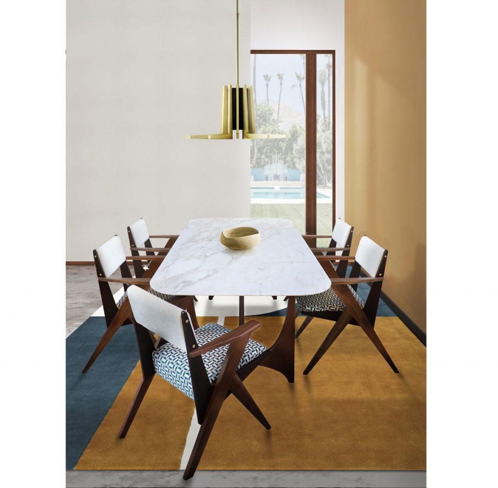 Moderný jedálenský stôl s mramorovou doskou, vzorovanými drevenými stoličkami a hnedým kobercom