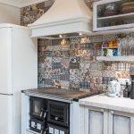 Provensalska kuchyňa s replikou pece na tuhé palivo, ktorá má varnú dosku