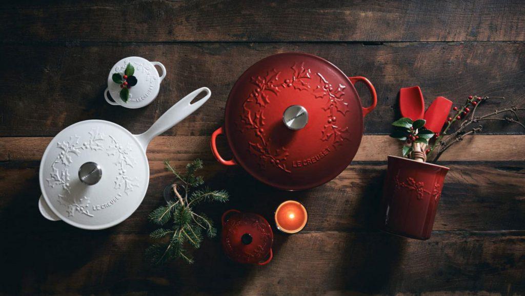 kolekcia vianočných riadov: hrniec na polievku a na omáčku v bielej a čerešňovo červenej s motívom vianočných vločiek, hrnček a dva mini hrnce