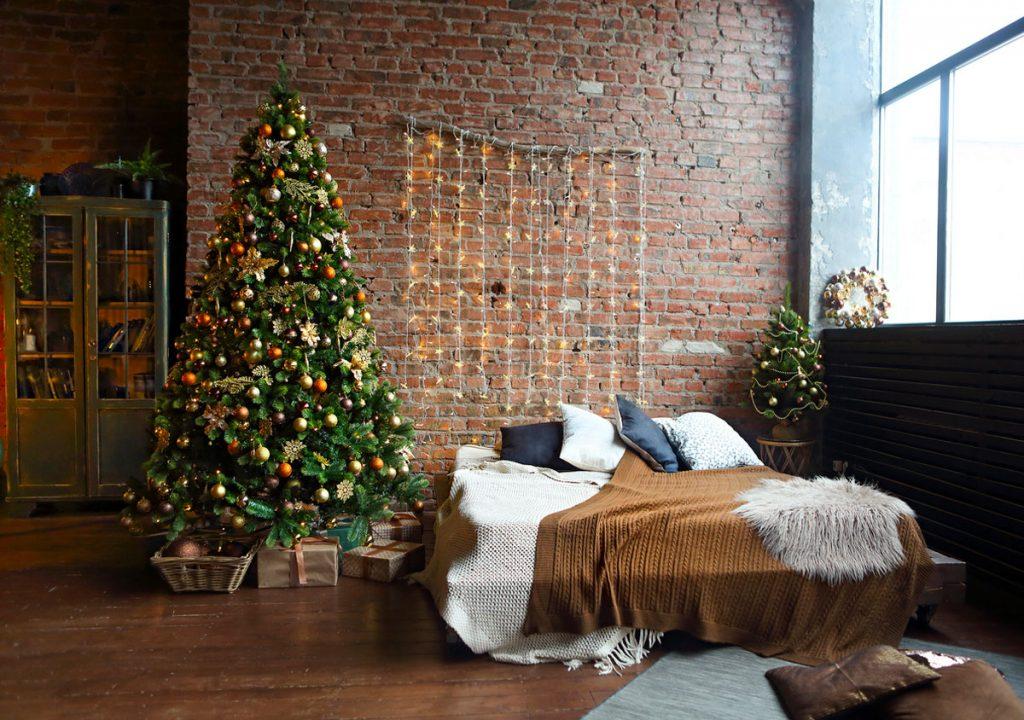 Inšpirácie na vianočný stromček: Industriálna spálňa s malým aj veľkým stromčekom s ozdobami v zemitých farbách