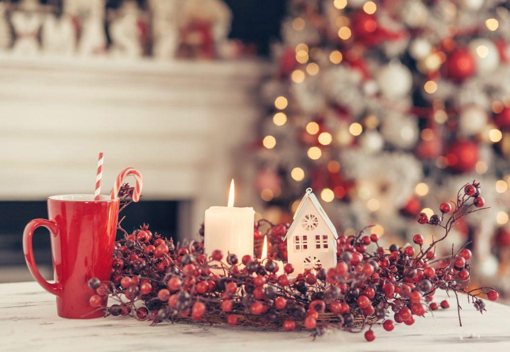 Inšpirácie na vianočnú výzdobu: veniec z cezmíny so sviečkou a svietnikom v tvare domčeka