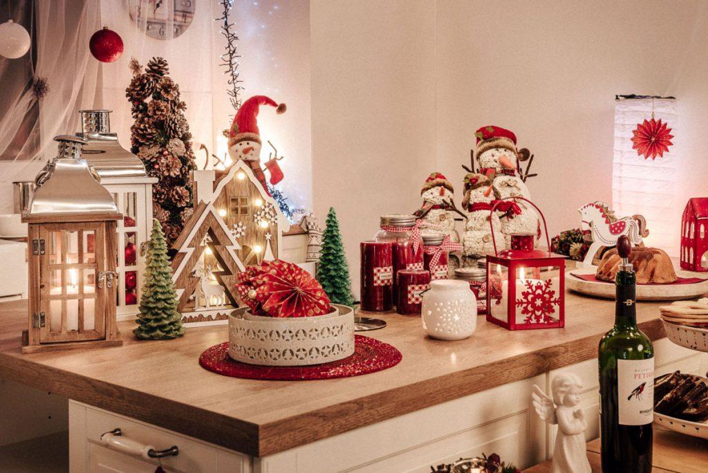 Vianočné dekorácie: drevené svietniky, snehuliaci, kovové svietniky, stromčeky