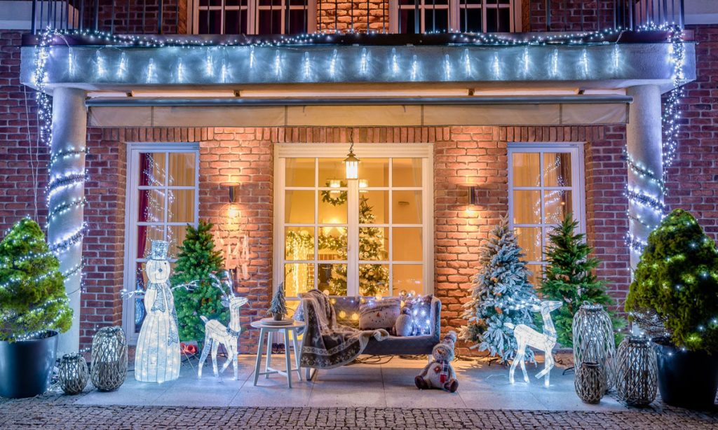 exteriérová vianočná výzdoba: svietiace soby a snehuliak, svetelné reťaze, stromčeky, lampáše