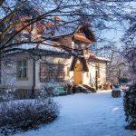 Zimná atmosféra v storočnej záhrade so secesnou vilou