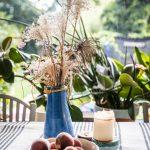 Zátišie na kuchynskom stole pred pozadím vytvoreným zinteriérových rastlín aveľkým oknom