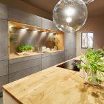 moderná kuchynská zostava s úložnými priestormi, bez úchytiek a s ostrovčekom