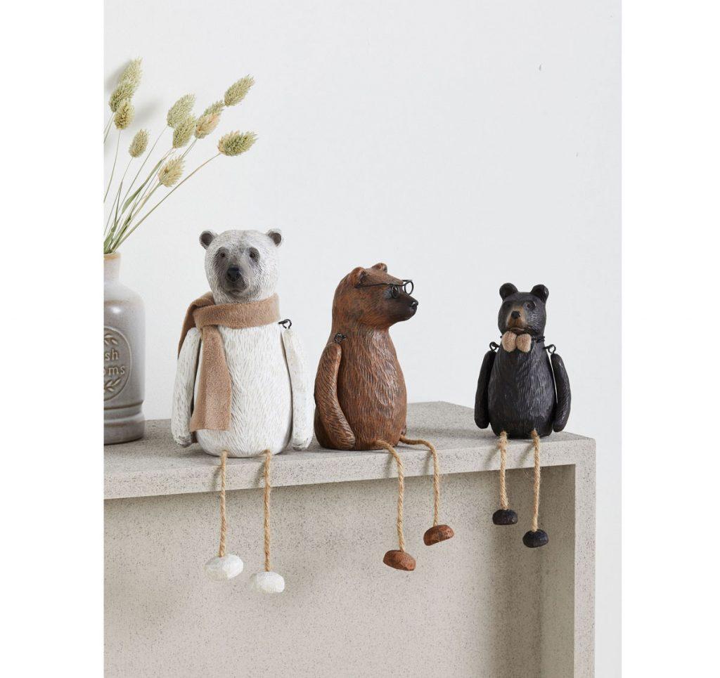 Vianočná dekorácia troch keramických medveďov sediacich na poličke