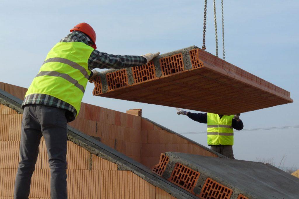 Ako zabrániť, aby nebolo v podkroví zima ani chladno: pokládka masívnej strechy