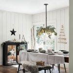 Vianočne vyzdobená kuchyňa s eukalyptom pripevneným o luster