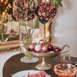 Vianočná výzdoba: kovová ozdobná misa vyplnená vianočnými guľami
