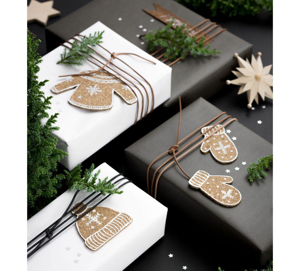 Balenie vianočných darčekov: darčeky s korkovými ozdobami