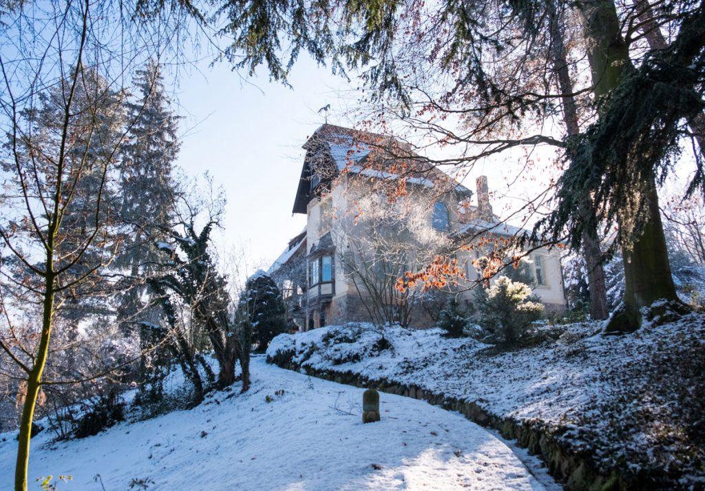 secesná vila obklopená storočnou záhradou vo svahu