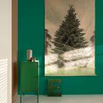 botanický štýl v interiéri: nadrozmerný plagát s motívom stromov ladený do zelených odtieňov interiéru