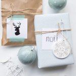 darčeky balené v recyklovaných hnedých vreckách