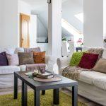 Obývačka v podkrovnom byte pomyseľne oddelená od ostatného priestoru podporným stĺpom